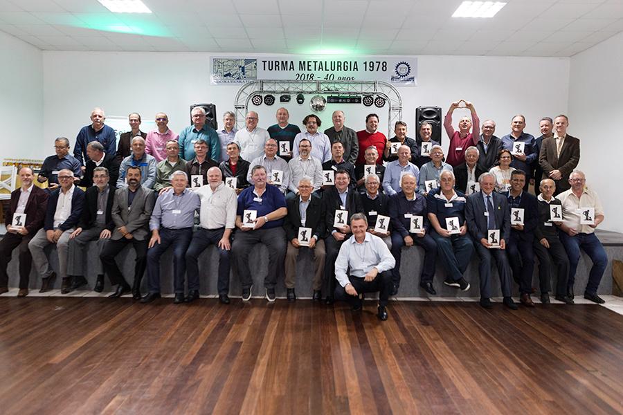 Professores e ex-alunos das turmas 11 e 12 de Metalurgia da Escola Técnica Tupy, formados em 1978.