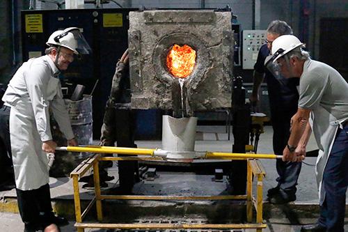 Como homenageado da Festa, Luis Carlos Guedes (à esquerda) funde simbolicamente uma peça em ferro fundido