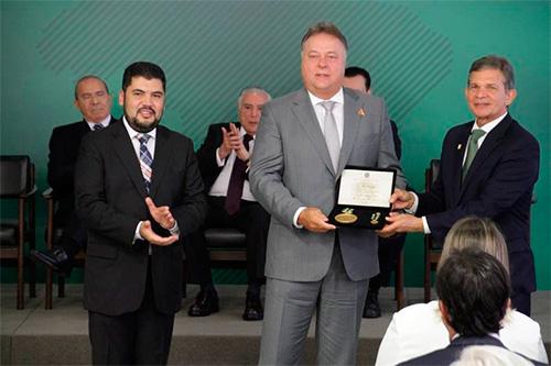 Harry Schmelzer Jr. recebe a condecoração do Ministro da Indústria, Comercio Exterior e Serviços, Marcos Jorge, e do Ministro da Defesa, Joaquin Silva e Luna