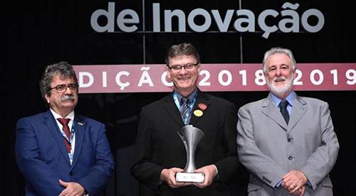 Milton Oscar Castella, diretor de engenharia da WEG, recebe a premiação de Carlos Melles, presidente do Sebrae (à direita). (Foto: José Paulo Lacerda, divulgação)