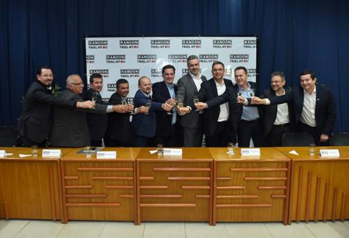 Diretorias das empresas Randon e Grupo Triel-HT comemoram a formalização da nova empresa. (Crédito:Arquivo Randon)