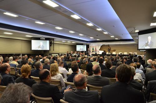 Afonso Gonzaga discursa para as mais de 200 pessoas presentes.