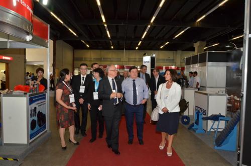 Afonso Gonzaga visita os corredores da feira, acompanhado de expositores e representantes chineses participantes do 9th BRICS International Foundry Forum.