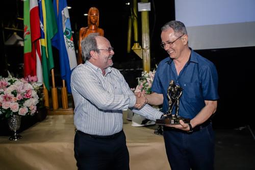 Iberê Roberto Duarte recebe o título de Fundidor do Ano das mãos de Luiz Carlos Guedes, consultor da Fundição Tupy.