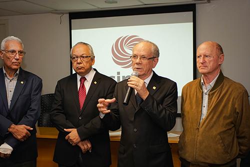 Afonso Gonzaga discursa ao lado de diretores da entidade.