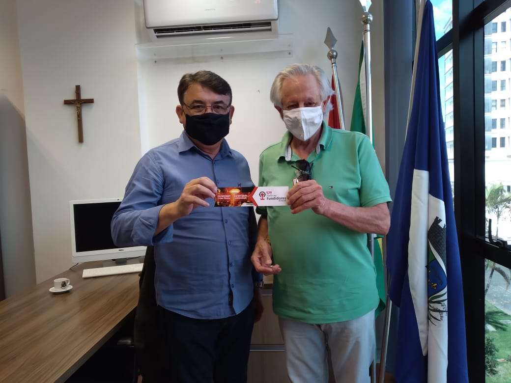 À esquerda, Maurício Peixer, presidente da Câmara de Vereadores de Joinville, à direita, Paulo Santana, diretor regional da Abifa PR-SC.
